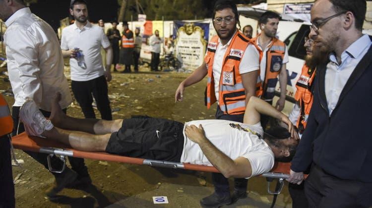 Sanitäter tragen einen verletzten Teilnehmer vom Gelände desLag Baomer-Festes auf demMeron-Berg. (AP)