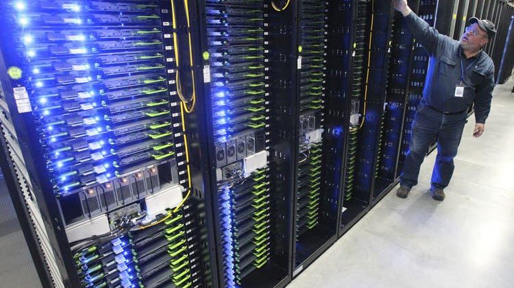 Ein Mitarbeiter zeigt die Facebook'schen Datenserver in Pineville Oregon. (Archivbild) (Keystone)
