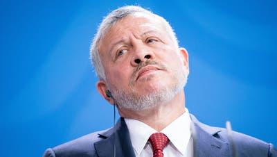 Jordaniens König Abdullah II. bin Al-Hussein während einer Pressekonferenz im Bundeskanzleramt. Der jordanische Prinz Hamsa bin Hussein ist nach eigenen Angaben unter Hausarrest gestellt worden - im Rahmen eines angeblichen Durchgriffs gegen Kritiker von König Abdullah II. (Keystone)