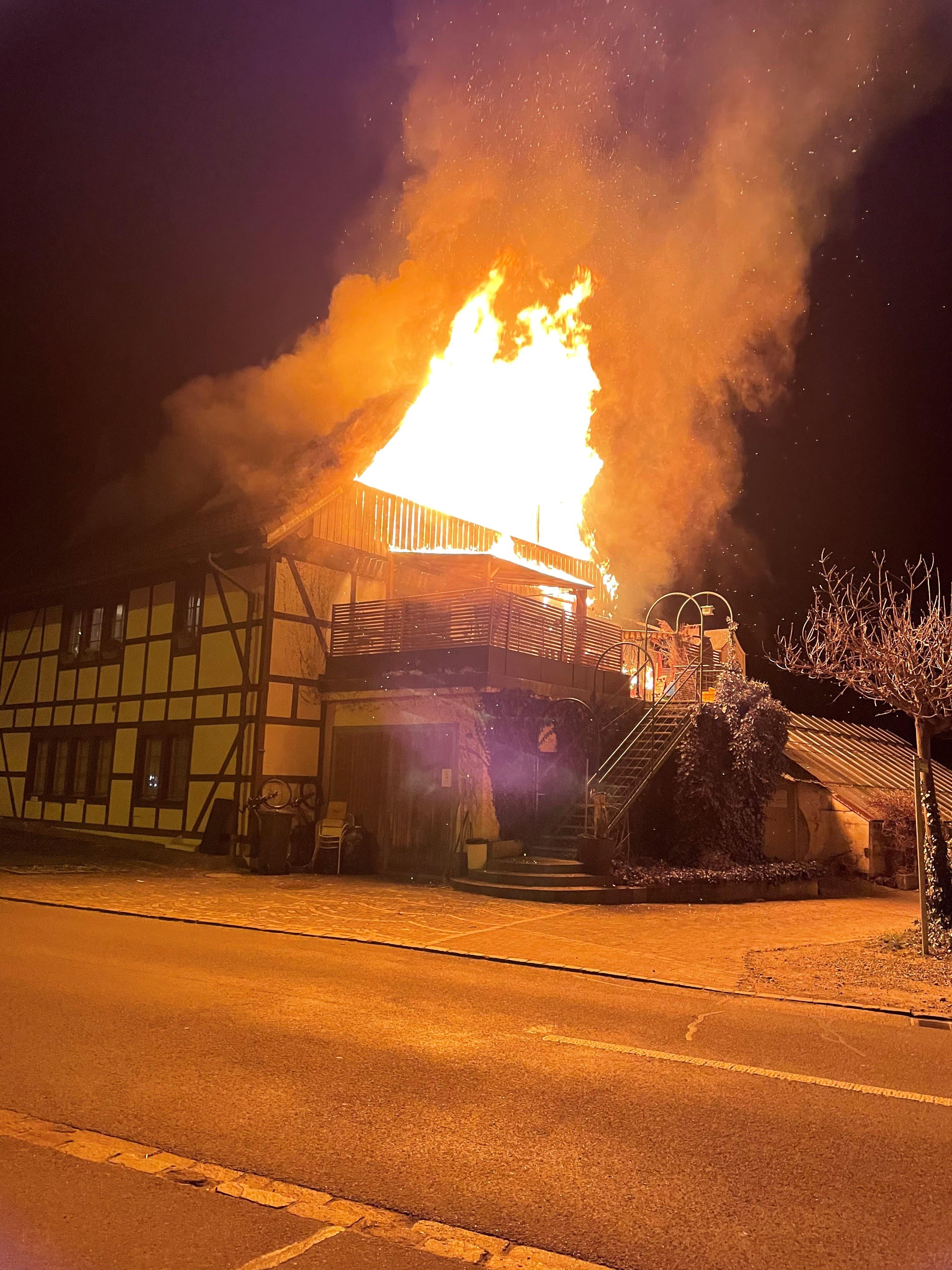 Beim Eintreffen der Feuerwehr stand das Haus in Vollbrand.