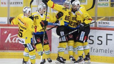 Haben noch Chancen auf den Titel: die Spieler des SC Bern. (Marcel Bieri / Keystone)