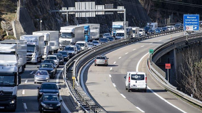 Am Gründonnerstag gab es auf der Autobahn in den Süden bereits einen ersten Stau. Im Bild: Die A2 zwischen Göschenen und Amsteg. (Bild: Keystone)