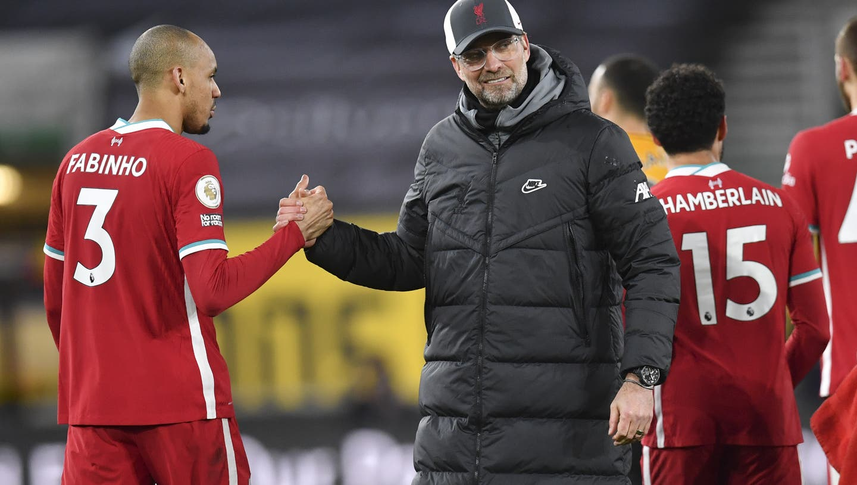 Liverpool's Jürgen Klopp beim HandshakemitFabinho. (AP)