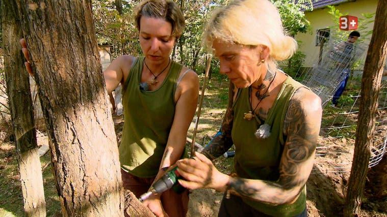 Selbst ist die Frau: das Ehepaar Fabienne (links) und Esther Frey bei der Arbeit auf ihrem Gnadenhof Tanya Szivárvány. (zvg)