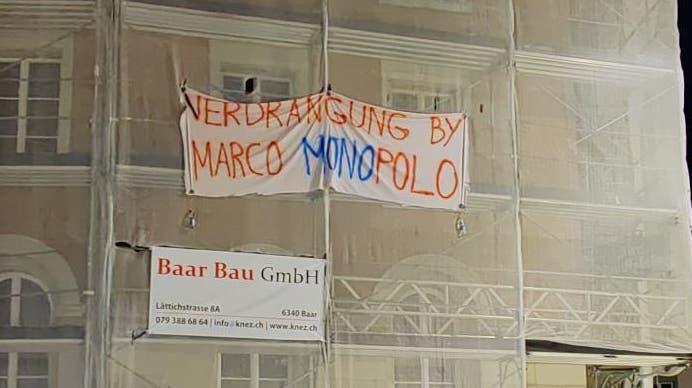 Plakat-und Transparentaktion gegen «Marco Polo» in der Bremgarter Altstadt beim ehemaligen Hotel Drei Könige. (Bild: Dominic Kobelt)