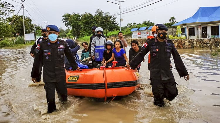 Rettungsteams der Indonesian National Search and Rescue Agency graben im Schlamm nach Überlebenden. (Keystone/INSRA)