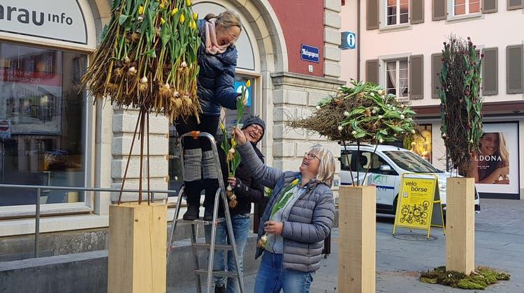 Das Team von «Blattform»: Yvonne Baumann, Katja Elsesser und Heidi Majoleth (v.l.) beim Aufbauen in der Metzgergasse. (Nadja Rohner)