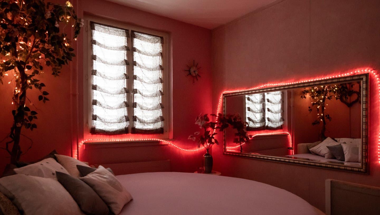 So sehen die Zimmer in der Lustlaube in Neuenhof aus. In vielen befinden sich Spiegel und Lichterketten. (Bilder: Severin Bigler)