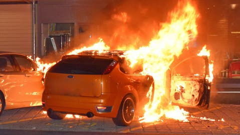 Die Feuerwehr Kriens konnte den Autobrand unter Kontrolle bringen. (Bild: Luzerner Polizei)