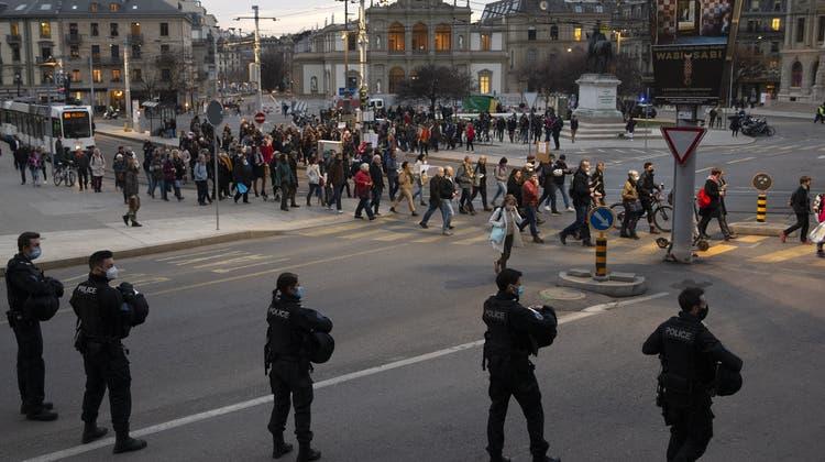 Kundgebungen wie im Februar 2021 in Genf waren während der ersten Pandemiewelle zeitweise nicht erlaubt. (Symbolbild) (Keystone)