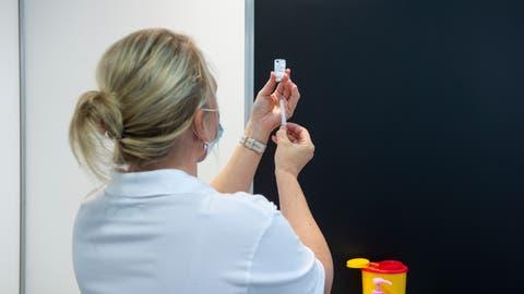 Eine Mitarbeiterin des Impfzentrums auf der Luzerner Allmend bereitet eineImpfspritze vor. (Dominik Wunderli (Luzern, 13. März 2021))