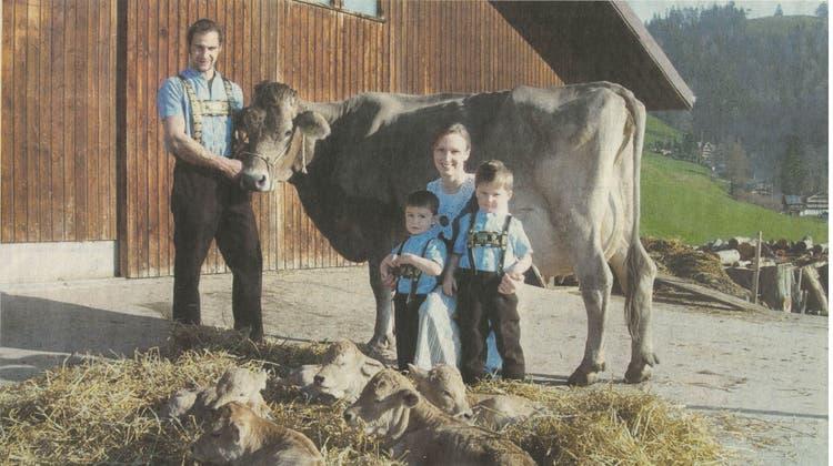 Glück im Stall: Stolz präsentiert die Familie Yvonne und Martin Hollenstein die Kuh Vögeli mit ihren fünf gesunden Kälbchen. (Bild: PD)