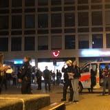 Auch Personen, die sich auf dem Blumenmarktplatz aufhielten, wurden von der Polizei kontrolliert. (Bild: FM1Today)