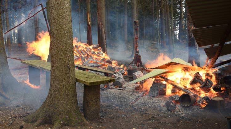 Am Ostermontag kam es in der Nähe einer Grillstelle in Algetshausen zu einem Brand. (Bild: PD)
