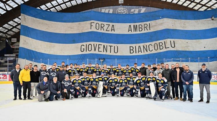 Die Ambri-Spieler posieren ein letztes Spiel vor der Curva Sud. (Bild: Michela Locatelli / Freshfocus)