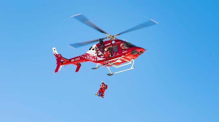 Eine Helikopter-Crew der Air Zermatt konnte den Verunfallten bergen und ins Spital fliegen. Dort verstarb der Mann später. (Symbolbild) (Keystone)