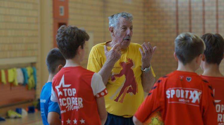 Bis zuletzt gab Toni Lisibach sein umfassendes Handballwissen an den Nachwuchs weiter. (Ruedi Burkart (Bütschwil, 7.10.2020))