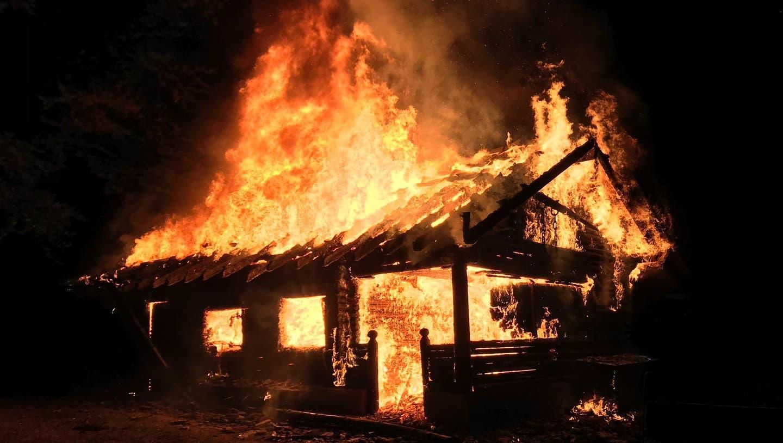 In der Nacht auf Samstag, 17. August 2019, brannte die Waldhütte Galgenholz in Merenschwand lichterloh. (zvg)