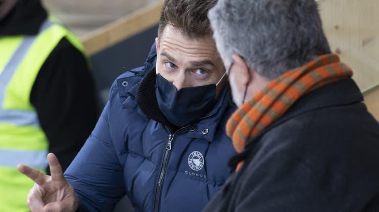 SCB-Obersportchef Raeto Raffainer (links) im Gespräch mit Journalist Klaus Zaugg im Ilfisstadion. (Marcel Bieri/Keystone)