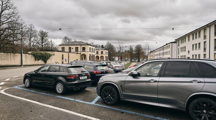Parkplatz beim Hörnli Friedhof: Hier sollen neue Bäume gepflanzt werden. (Roland Schmid)