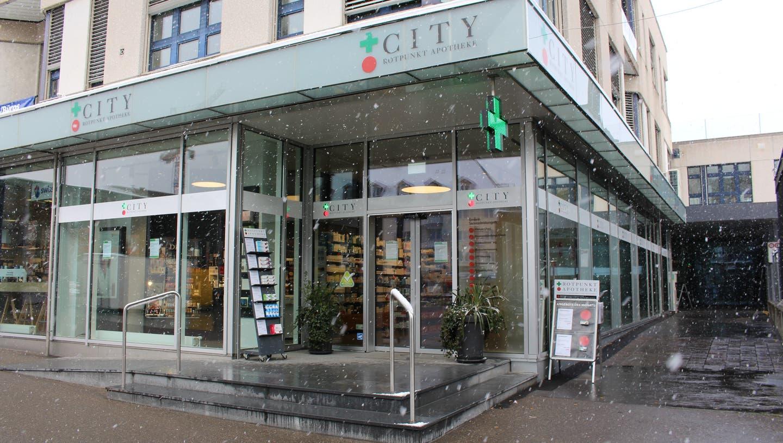 Das Schneegestöber am Morgen sorgte vielleicht auch dafür, dass die City Apotheke nicht gleich überrannt wurde. (Bild: Carmen Frei/ «Limmattaler Zeitung»)