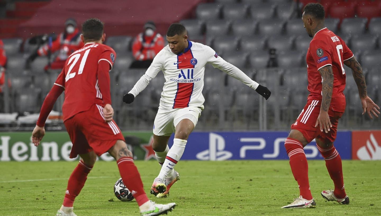Kylian Mbappé schiesst Jérôme Boateng zwischen den Beinen durch und sorgt mit seinem zweiten Tor für die Entscheidung für PSG. (Keystone)
