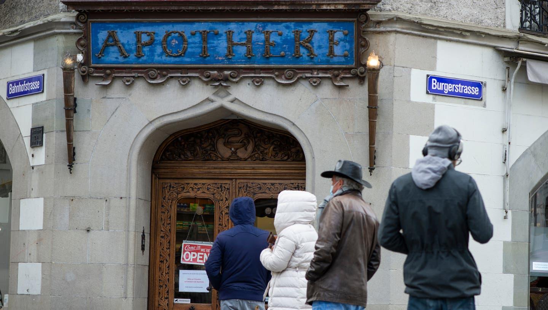 Die Apotheke Dr. Schmid's See-Apotheke hat für ihre Kunden einen Pavillon aufgestellt. (Bild: Dominik Wunderli (Luzern, 7. April 2021))