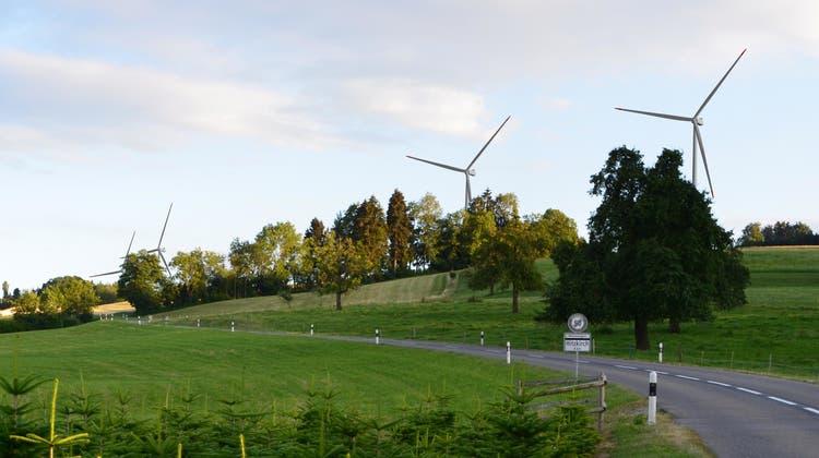 Auf der Seetalstrasse in Geltwil würde man alle vier Windräder gleichzeitig zu sehen bekommen. (Visualisierung / zvg)