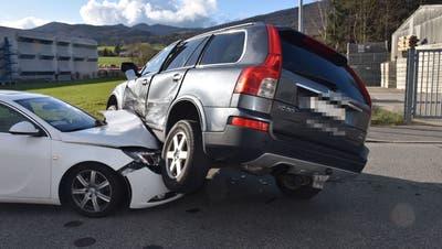 Seitlich-frontale Kollision zwischen zwei Autos - ein Lenker leicht verletzt