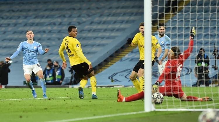 In der Nachspielzeit fängt Marwin Hitz gegen Manchester City das 1:2 durch Phil Foden ein. (Bild: Peter Powell / EPA)
