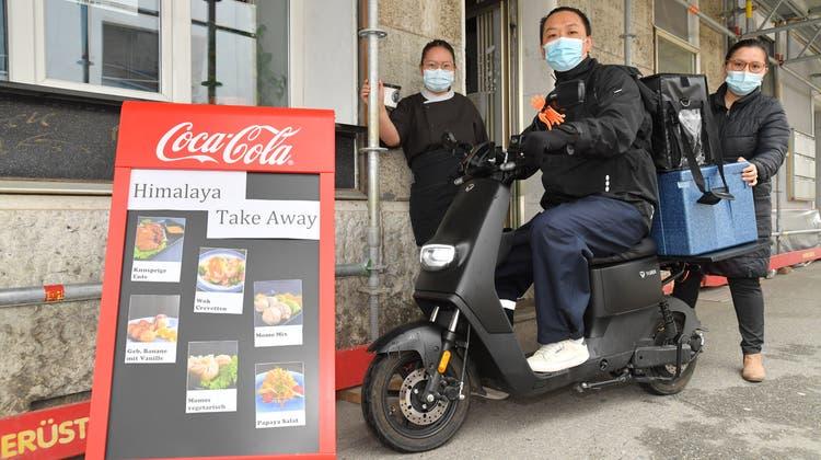 Auch der«Himalaya Take Away» bietet sein Essen jetzt auf Uber Eats an.Familie Thaktsang liefert mit ihrem E-Roller aus. (Bruno Kissling)
