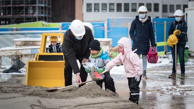 Kinder von Angestellten des «Kispi» setzen den ersten Spatenstich für den Neubau – und stossen auf Spielzeug. (Bild: Michel Canonica)