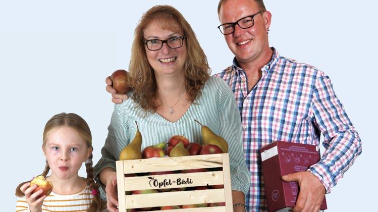 Linda, Tanja und Michael Möckli verteilen das Öpfel-Böxli. (Bild: PD)