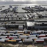 Wegen des Brexits kam es vor Weihnachten in Dover und anderen Häfen zu gigantischen Lastwagen-Staus. (Keystone)