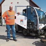 Stephan Huber, genannt «Fosi» und im Dorf bekannt, mit einem seiner Lieblingsfahrzeuge des Werkhofs Obergösgen. (Bild: Bruno Kissling)