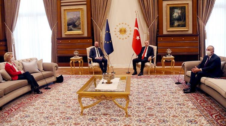 Ein Affront sondergleichen: Während Recep Tayyip Erdogan (Mitte rechts) und Charles Michel (Mitte links) ins Gespräch kommen, muss Ursula von der Leyen auf die Couch. (Bild: Mustafa Kaya/Key (Ankara, 6. April 2021))