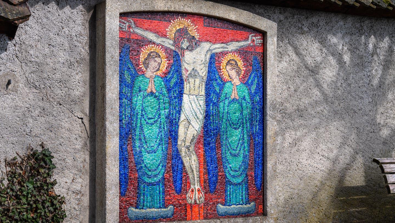 Grab von Fritz Kunz auf dem Friedhof Sankt Michael. Den mosaizierten Grabstein hat er selbst geschaffen. (Bilder: Christian Herbert Hildebrand (Zug, 26. März 2021))