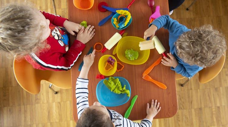 Für die städtischen Kinderkrippen sollen neue Trägerschaften gesucht werden. (Laurent Gillieron / KEYSTONE)