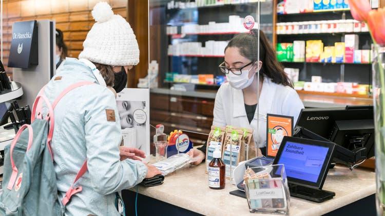 Olivier Kreis, Geschäftsführer der Löwen-Apotheke in Frick, hat für die Abgabe der Gratistests einen Aussenstand eingerichtet, den er mit zwei Mitarbeiterinnen betreut. (Sandra Ardizzone)