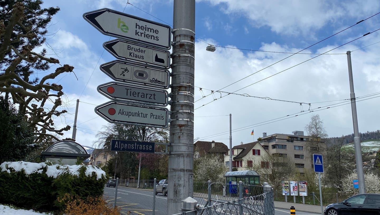 Schilderwald in Kriens an der Abzweigung Luzerner-/Alpenstrasse. Nur die bewilligten Wegweiser dürfen hängen bleiben. (Bild: hor (7. April 2021))