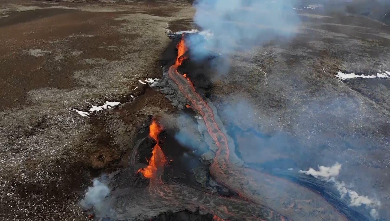 Island: Erdrisse mit sprudelnder Lava ziehen unzählige Schaulustige an