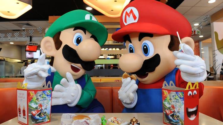 Plastikfiguren wie jene der Computerspiel-Charaktere Mario (rechts) und Luigi gehören seit Jahren zu McDonald's «Happy Meal». Das könnte sich nun vermehrt ändern. (Handout / Getty Images North America)