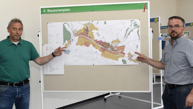 Gemeindeammann Urs Burkhard (links) erklärteim März die neue BNO mit Gemeinderat Yvan Mülli (rechts). (Alexander Wagner)