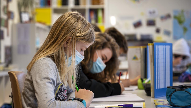 Seit dem 22. Februar gilt für alle Schülerinnen und Schüler der 5. und 6. Klassen im Aargau eine Maskentragpflicht. (Georgios Kefalas / KEYSTONE)