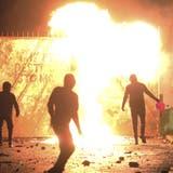 Erneut kam es in Belfast zu Ausschreitung: Hunderte Jugendliche randalierten und legten Brände. Die Sorge um den Frieden in der Region wächst. (Peter Morrison / AP)
