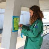 Pfadfinderin Alina Mutherhängt einPostenblatt für die Münchwiler Schnitzeljagd auf. (Bild: PD)