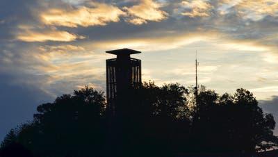 Der Napoleonturm im Morgenlicht: Gestochen scharf sollen in Zukunft auch die Bild der Webcam, die den Blick von oben zeigt, sein. (Bild: PD/Urs Keller)