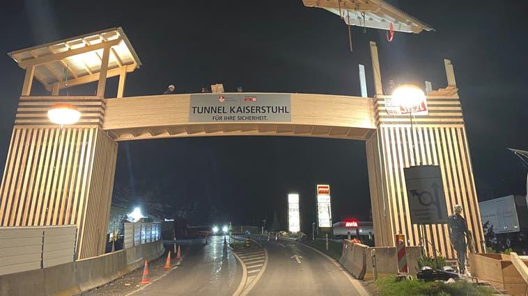 In der Nacht auf Donnerstag wurde die Fussgängerpasserelle beim OWI-Land Giswil aufgebaut. Sie dient dem Baustellenpersonal, später auch den Baustellenbesuchern und Wanderern zur sicheren Überquerung der Brünigstrasse. (Bild: PD)