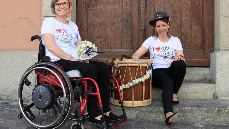 Iris Bachmann (links)  und Lea Grossmann modeln ihre Kreationen gleich selber. (Zvg/Patrick Iseli / Aargauer Zeitung)