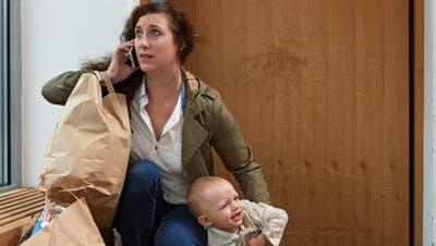 Besonders junge Eltern sind Meister des Multitasking. (Keystone)